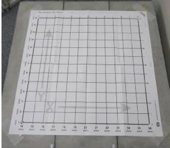 2. グリッドシートをコンクリートにしっかりと動かないようにテープなどで固定します。